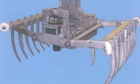 Hydraulischer Zinkengreifer; dieser Greifer ist ein Anbaugerät für einen Hallenlaufkran und dient zum Austragen von Sauerkraut aus den Gärsilos.  Ausführung komplett in Edelstahl, Hydrauliköl lebensmittelgeeignet.